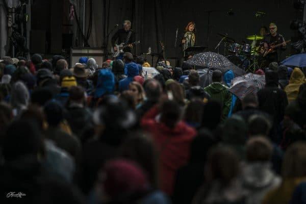 Suzanne Vega plays in the rain